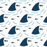 Haaivin in het naadloze patroon van watergolven stock illustratie
