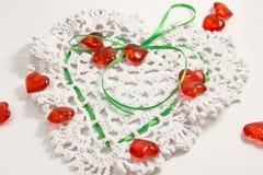 Haak hart met groen lint op een witte achtergrond Royalty-vrije Stock Foto's