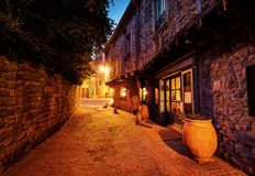 Haal DE Carcassonne, Frankrijk, kleine stegen tijdens zonsondergang aan stock afbeelding