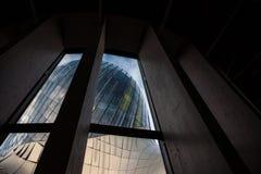 Haal du Vin hoofddietoren aan van de binnenkant tijdens een zonnige middag wordt gezien Haal du Vin wijnstad aan is het wijnmuseu royalty-vrije stock afbeeldingen