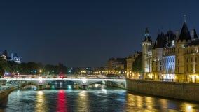 Haal eilandmening met Conciergerie-Kasteel en Pont-de Verandering van Au, over de Zegenrivier timelapse aan Frankrijk, Parijs