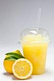 Haal koude weg met fruitaroma dat wordt bevroren stock foto