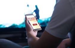 Haal online voedselorde met levering app en smartphone weg stock fotografie