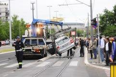 Haalt de auto slepende vrachtwagen beschadigde auto weg Royalty-vrije Stock Foto