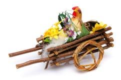 Haan in een kar met een ei Royalty-vrije Stock Foto's