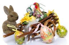 Haan in een kar met paaseieren en een konijntje Stock Afbeeldingen