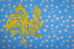 Haan op blauwe vage achtergrond, een symbool van het nieuwe jaar Royalty-vrije Stock Foto