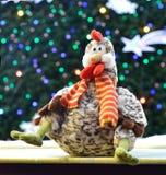 Haan tegen achtergrond van Kerstboom Stock Afbeeldingen