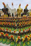 Haanbeeldjes bij het monument aan de Koning Naresuan Groot in Suphan Buri, Thailand Stock Fotografie