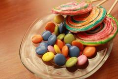 Haansuikergoed en kleurrijke chocolade Royalty-vrije Stock Fotografie