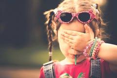 Haappy小女孩用糖果室外在公园 免版税库存图片