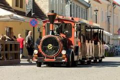 HAAPSALU, ESTLAND - 16. JULI 2016 Alter Retro- arbeitender sich fortbewegender Zug mit Leuten nach innen, amerikanisches Schönhei Lizenzfreies Stockfoto