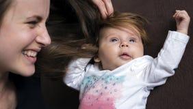 Haar aan zijn pasgeboren hoofd royalty-vrije stock afbeelding