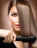 Haar, das Eisen geraderichtet Stockfotografie