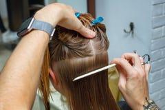 Haar in de salon die van de kapper wordt gesneden royalty-vrije stock afbeelding