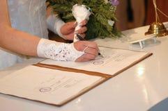 Haar die het (de ceremonie van het Huwelijk) ondertekent Stock Foto's