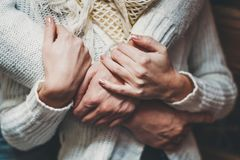 Haar echtgenoot koestert zacht haar meisje stock foto's