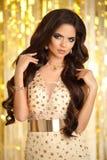 haar Elegante donkerbruine vrouw manier juwelen Golvend kapsel S Stock Foto