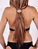 Haar erfasste durch eine Haarspange auf der Rückseite eines Mädchens Stockfotos