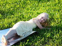 Haar gelukkige zomer Stock Afbeeldingen