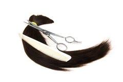 Haar, Kamm und Scherer auf weißem Hintergrund Lizenzfreie Stockfotografie