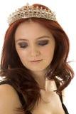 Haar-Kronengenauer blick der Frau roter unten Stockfoto