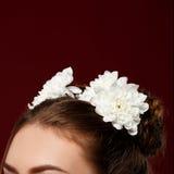 Haar met witte bloemen wordt verfraaid - voorraadfoto die royalty-vrije stock fotografie