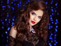 haar Mooie sexy donkerbruine vrouw Gezond Lang Bruin Krullend Ha Royalty-vrije Stock Fotografie