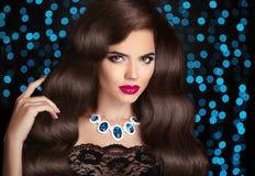 haar Mooie sexy donkerbruine vrouw Rode lippenmake-up Gezonde Lo Royalty-vrije Stock Fotografie