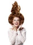 Haar omhoog, Jonge mooie vrouw met in betoverend kapsel royalty-vrije stock afbeelding