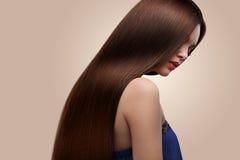 haar Portrait der schönen Frau mit dem langen braunen Haar Hohes qua Stockfotos