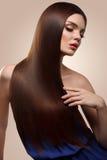 haar Portret van mooie vrouw met lang bruin haar Hoge qua Stock Fotografie