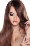 Haar. Schönes Brunette-Mädchen. Gesundes langes Brown-Haar. Schönheit M stockbild