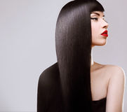 Haar. Schönheit mit dem gesunden langen Haar. Rote Lippen lizenzfreies stockfoto