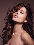 haar Schönheits-Frau mit dem sehr langen gesunden und glänzenden gelockten Haar Stockbilder