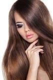 Haar. Schönes Brunette-Mädchen. Gesundes langes Brown-Haar. Schönheit M Lizenzfreies Stockfoto
