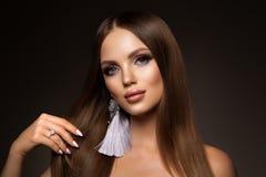 haar Schoonheidsvrouw met zeer Lang Gezond en Glanzend Vlot Bruin Haar Modelbrunette gorgeous hair stock foto