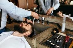 Haar-Wäsche Barber Washing Man-` s Haar im Schönheits-Salon stockbild