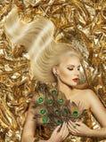 Haar-Welle, Mode-Modell Golden Hairstyle, Frauen-langes Goldhaar Lizenzfreie Stockfotos