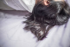Haarausfall von der Asiatin, die auf Bett schläft Lizenzfreies Stockfoto