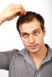 Haarausfallkonzept - junger Mann sorgte sich um Kahlheit lizenzfreie stockfotos