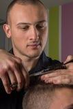 Haarausschnitt der Männer mit Scheren in einem Schönheitssalon lizenzfreies stockfoto