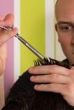 Haarausschnitt der Männer mit Scheren in einem Schönheitssalon lizenzfreie stockfotografie
