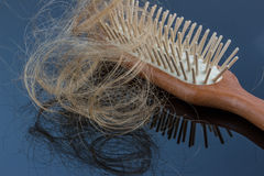 Haarbürste mit dem Haar Lizenzfreie Stockbilder