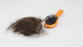 Haarbürste mit dem verlorenen Haar lizenzfreie stockbilder