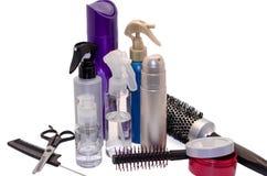Haarbürste und Balsame für das Haar, das lokalisiert kleidet Stockfotos