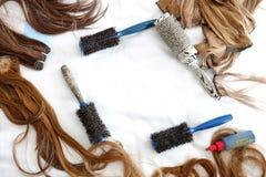 Haarbürsten und falsches Haar stockbild