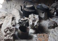 Haard met theepot en tinware bij eiland Socotra royalty-vrije stock foto