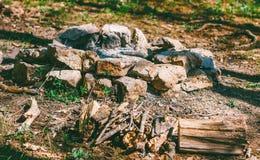 Haard voor een brand van stenen en droog brandhout in het bos wordt gevouwen dat royalty-vrije stock afbeelding