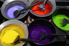 Haarfärbemittel in den Schüsseln Lokalisiert über Weiß Lizenzfreie Stockfotografie